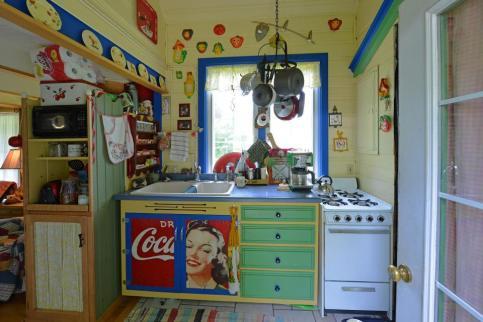 ron-corl-design-storybook-cottage-kitchen1-via-smallhousebliss